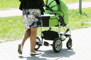 Mažėja motinystės išmokos
