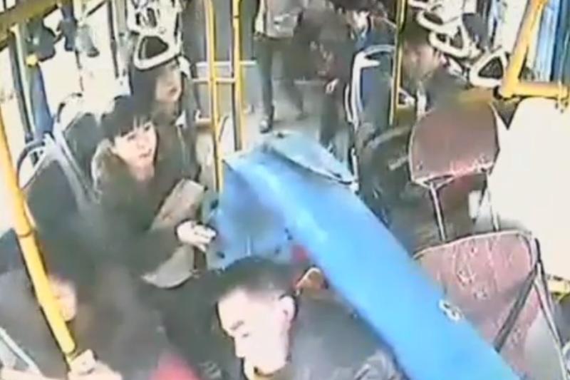Kinijoje pro priekinį autobuso stiklą įlėkė apšvietimo stulpas