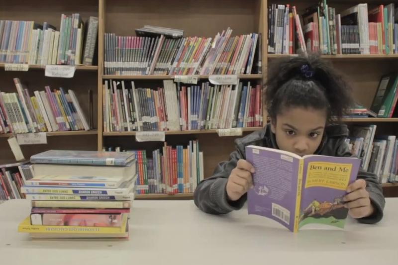 12-metė per metus perskaito po 300 knygų