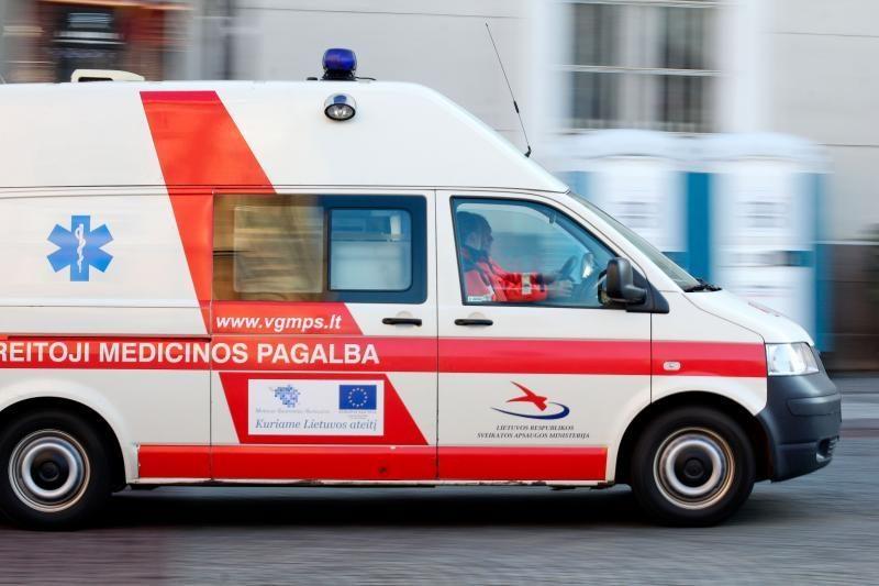 Vilniaus gatvės pasidengė ledu, pėsčiųjų perėjoje partrenkta mergina