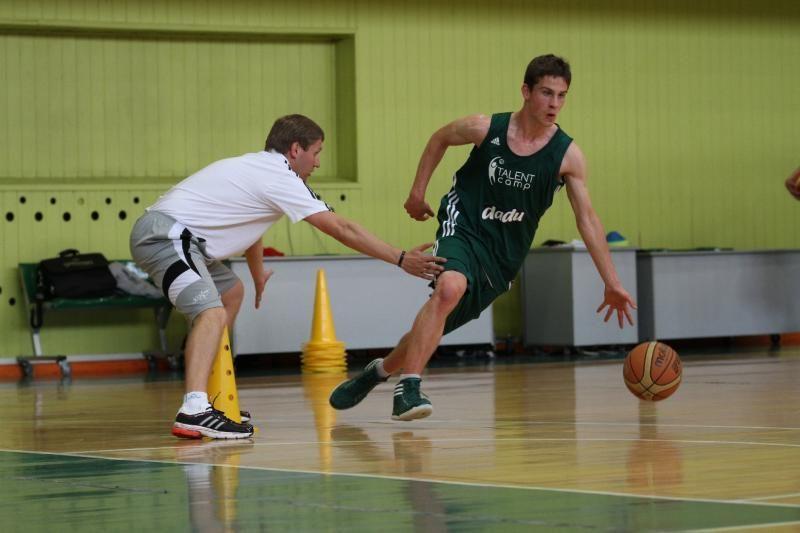 Žinomi treneriai dalinosi išmintimi su jaunaisiais krepšininkais