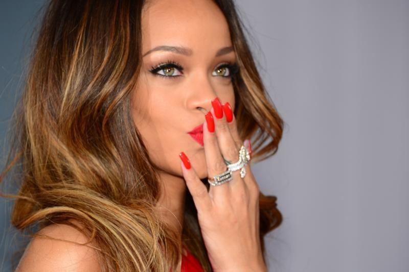Rihanna išradingai pademonstravo į spenelį įvertą auskarą (foto)