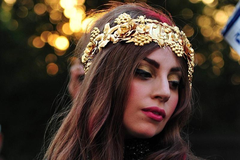 Lady Gaga dangsto priaugtą svorį ir rodo naują tatuiruotę galvoje