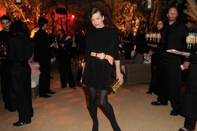 Holivudo žvaigždė Milla Jovovich nusiskuto pusę galvos