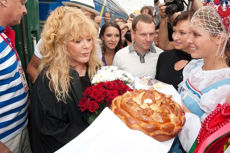 A.Pugačiova su A.Makarevičiumi padainuos apie Prochorovą