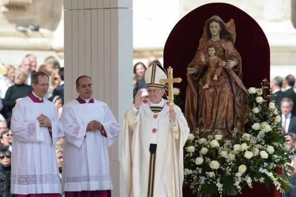 Pranciškus Romoje emocingai baigė intronizacijos popiežiumi apeigas