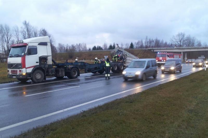 Iš Klaipėdos uosto važiavęs vilkikas užstrigo po tiltu (foto)