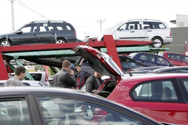 Latvijoje mažėja automobilių