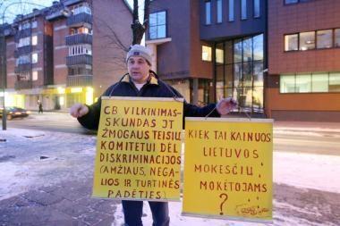 Pasipiktinimą teismu ir valdiškais advokatais plateliškis reiškė plakatais
