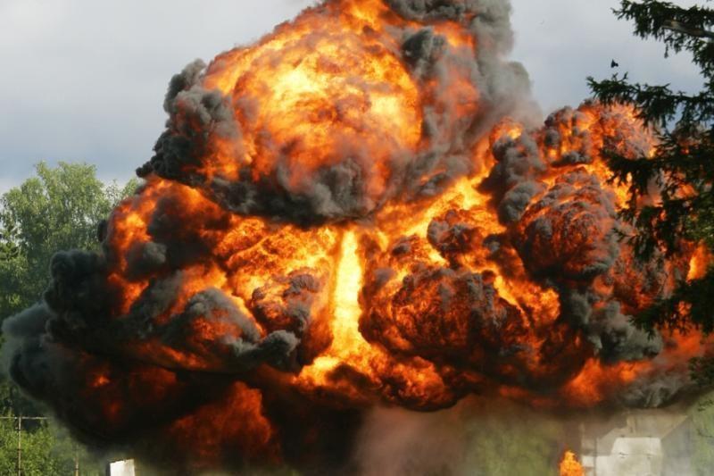 Bombos sprogimas sunaikino 22 NATO benzinvežius