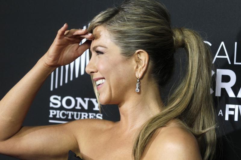 Ant raudonojo kilimo J.Aniston pasirodė vilkėdama keistą apdarą (foto)