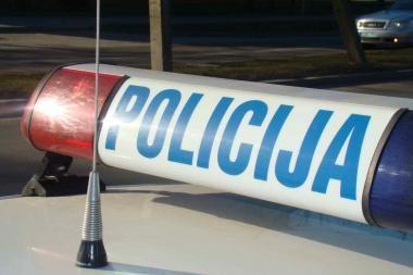 Nuo mašinos savininko bėgęs vagis išvydęs pareigūnus užpuolė persekiotoją