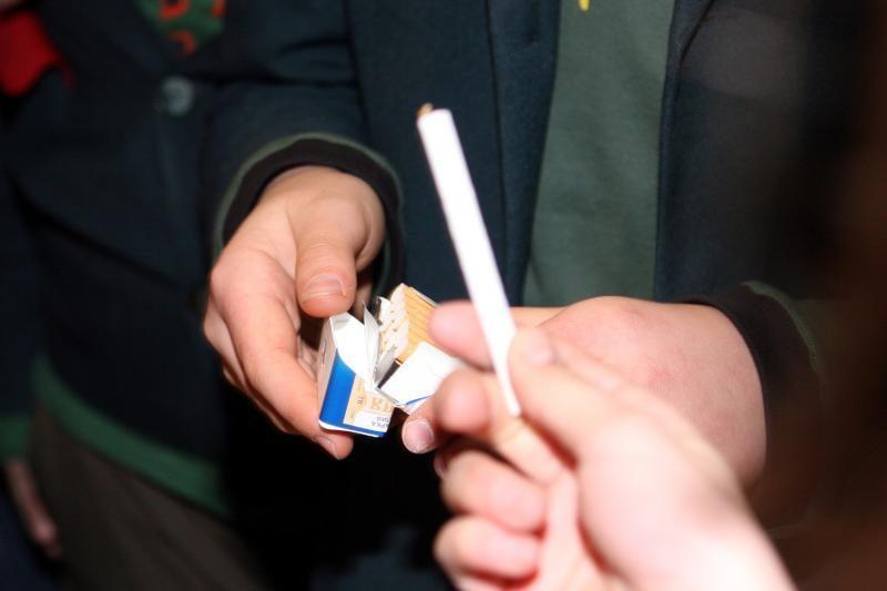 Jaunuoliai kontrabandinėmis cigaretėmis apsiklijavo rankas ir kojas