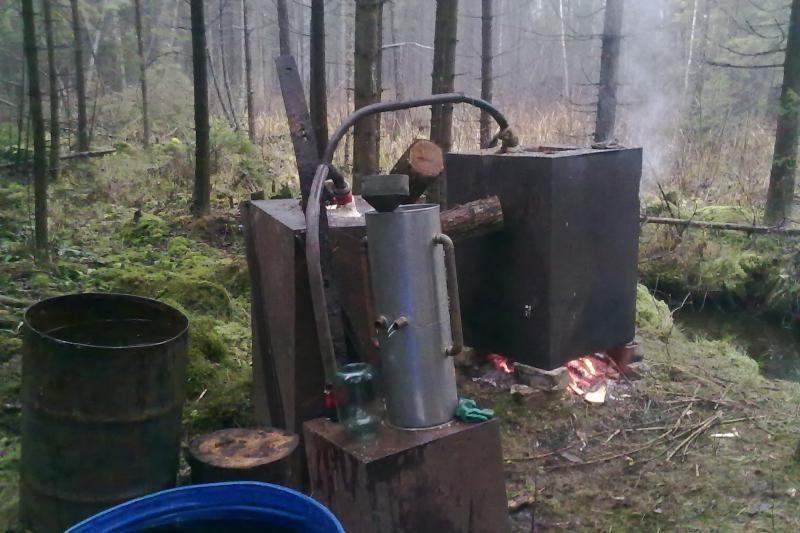 18-metis  miške  virė   naminę degtinę