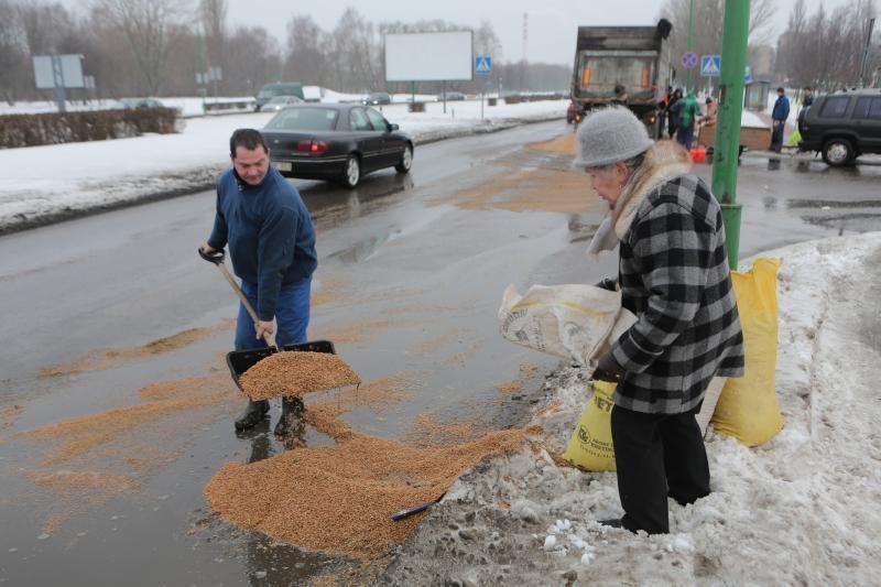 Mokyklos gatvę nusėjo į uostą gabenti grūdai