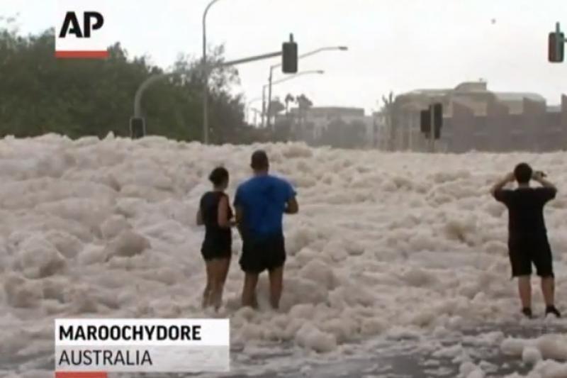Australijos miestelį paskandino 3 m aukščio jūros putų pusnys