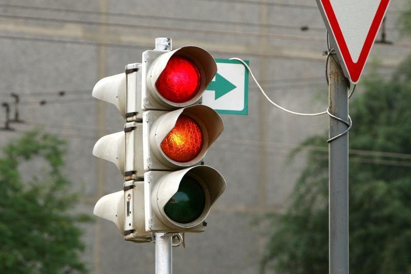 Laikinai neveiks prie Geležinkelio stoties įrengtas šviesoforas