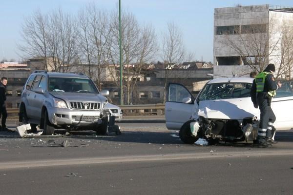 Ant Mokyklos gatvės viaduko susidūrė trys mašinos