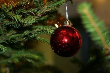Londone pastatyta Kalėdų eglė, užsideganti nuo bučinių