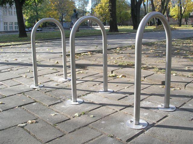 Dviratininkų džiaugsmas: mieste įrengti dviračių stovai