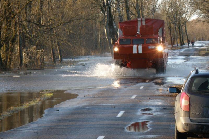Kariai potvynio zonoje išgelbėjo sunegalavusį žmogų