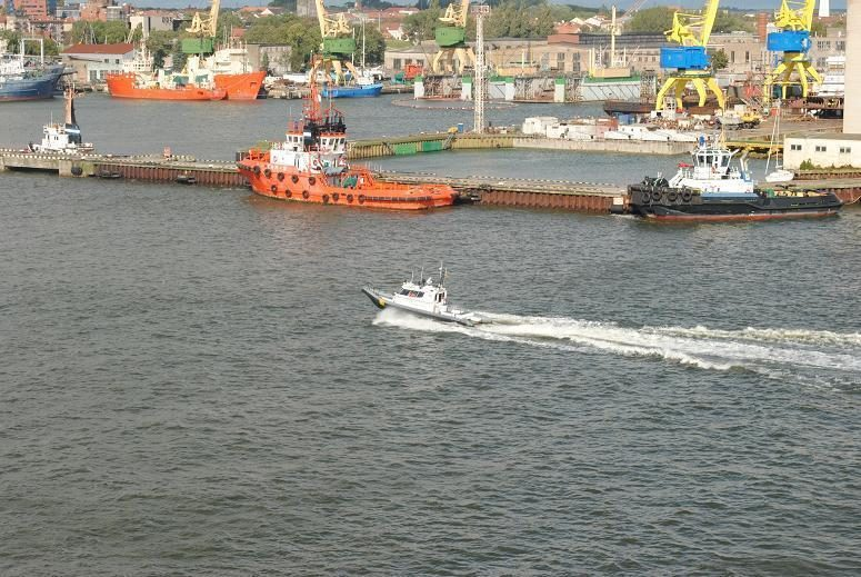 Pasieniečiai gelbėjo jachta ant seklumos užplaukusius pramogautojus