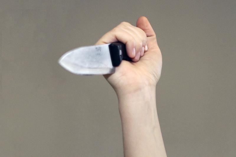 Vyrą smurtu apkaltinusi elektrėniškė policiją puolė peiliu