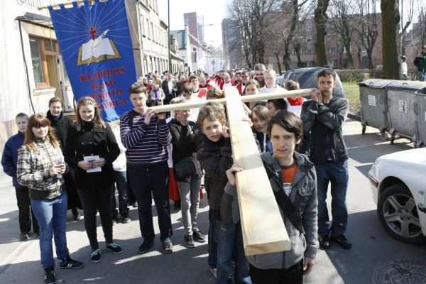 Klaipėdos gatvės tapo Kryžiaus keliu (pamaldų laikas)