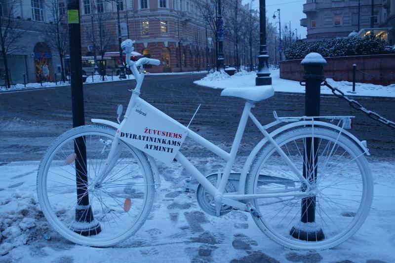 Lietuvos miestuose pagerbiami keliuose žuvę dviratininkai