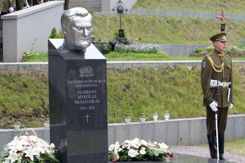 Neatsisakoma planų keisti A.M.Brazausko paminklą ant jo kapo