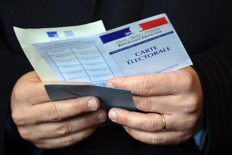Balsuojantys Paryžiaus turtingieji tikisi užkirsti kelią F.Hollande'ui