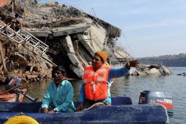 Indijoje sugriuvus tiltui žuvo apie 45 žmones
