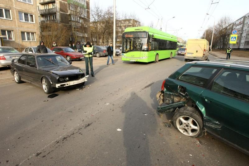 Girtas BMW vairuotojas Kaune traiškė automobilius