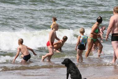 Vaikai pliaže ir toliau blaškosi be tėvų