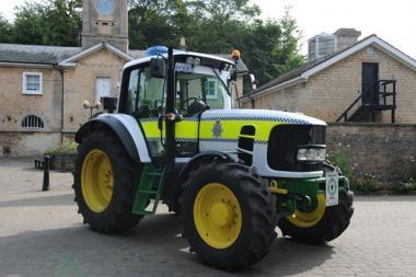 Britų policija persėdo ant traktorių