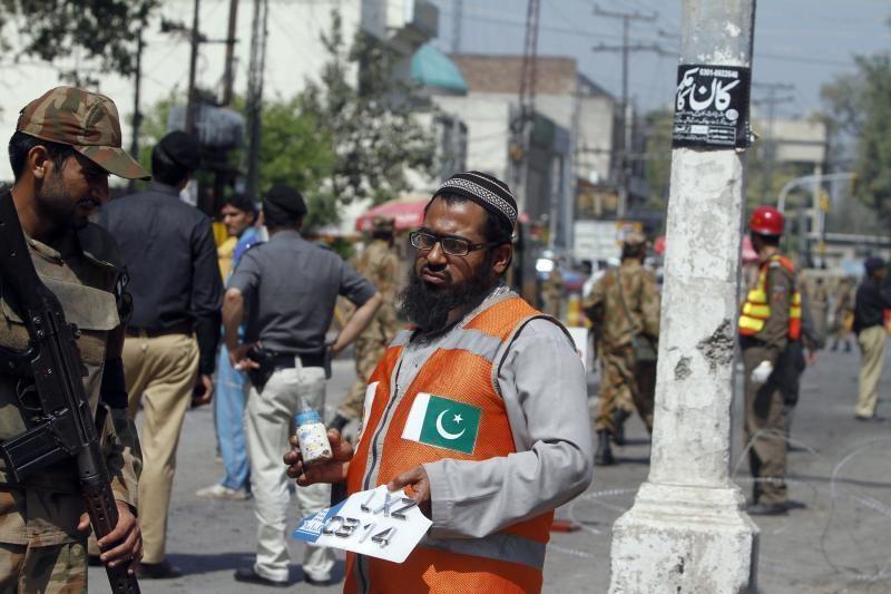 Pakistane mirtininko sprogdintojo aukų skaičius padidėjo iki 12