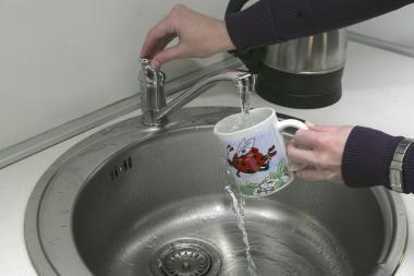 Seimas nepakeitė karšto vandens tiekimo daugiabučiuose tvarkos