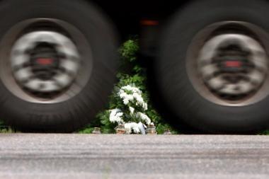 Kaune automobiliui susidūrus su vilkiku žuvo vyras