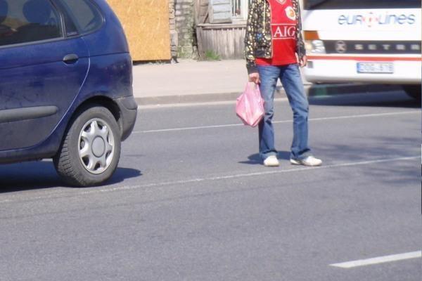 Kelių policija baudė eismo taisyklių nesilaikiusius pėsčiuosius