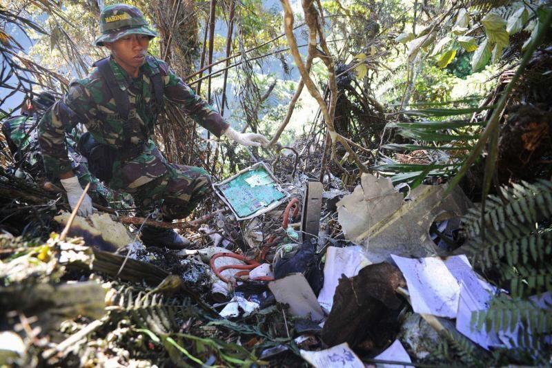 Indonezijoje lėktuvo katastrofos aukų palaikus trukdo išgabenti orai