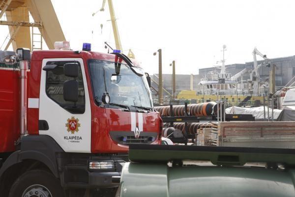 Jūrų uoste degė remontuojamas laivas (papildyta)