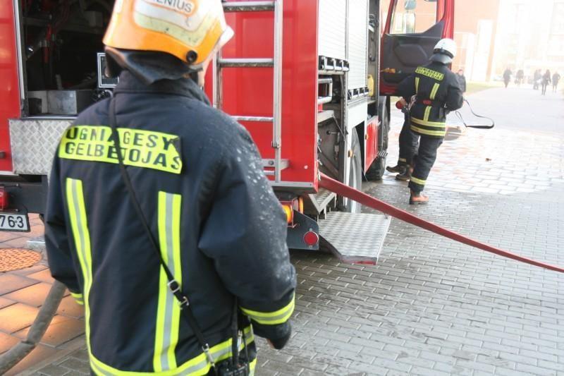 Klaipėdiečius išgąsdino daugiabučio laiptinę užtvindę dūmai