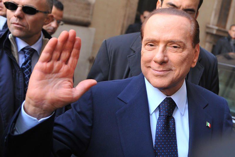 """S. Berlusconi sako esąs """"įpareigotas"""" likti politikoje"""