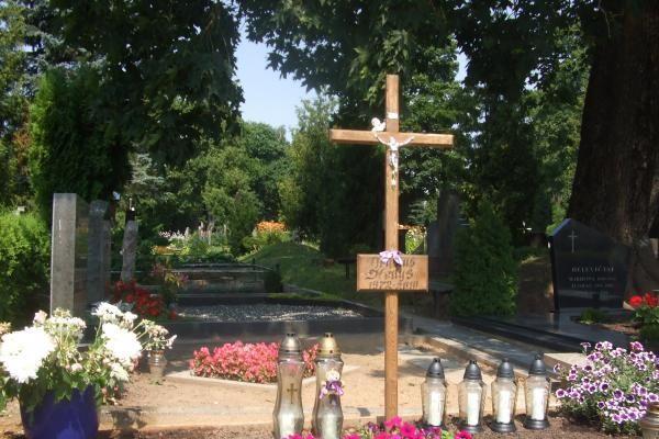 Ant D.Kedžio kapo suplazdės Vėlinių žvakučių liepsnos