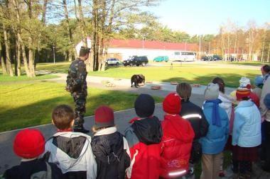 Karklėje moksleiviai stebėjo pasieniečių šunų treniruotę