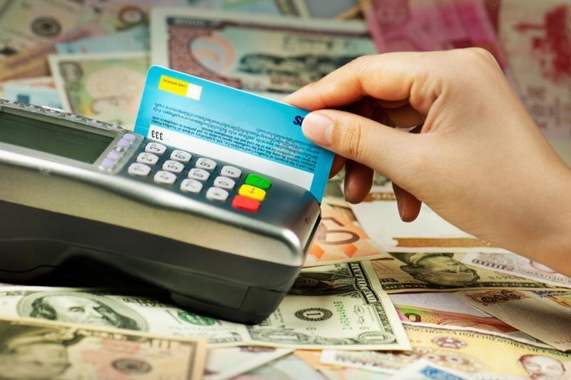 Bankai: saugiausia pinigus laikyti mokėjimo kortelėse