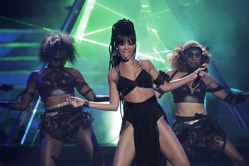 Rihanna išsirengė naujai kvepalų reklamai