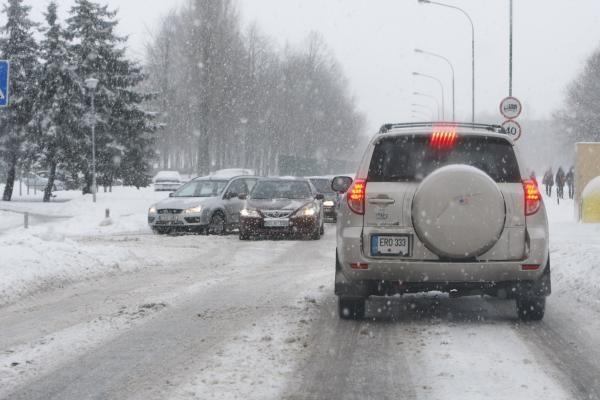 Kelių būklė: sninga visoje Lietuvoje, keliai slidūs