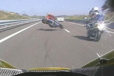 Motociklininkų pasisveikinimas – iškeltas vidurinysis pirštas