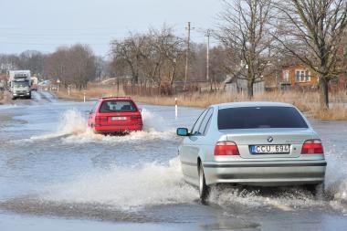 Potvynio vanduo iš pamario traukiasi